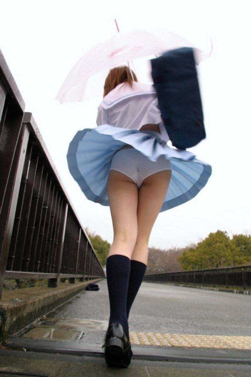 制服のスカートが風に舞う JKパンチラ画像 46