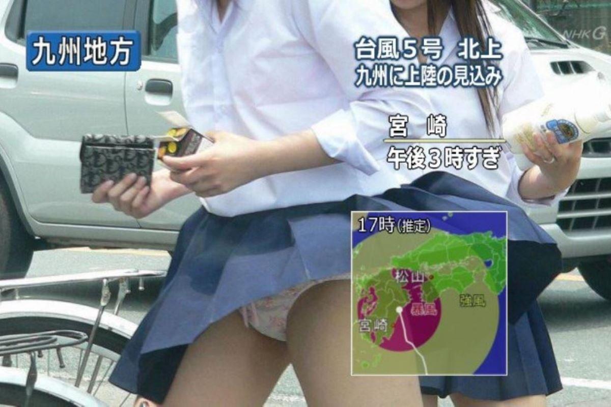 制服のスカートが風に舞う JKパンチラ画像 50