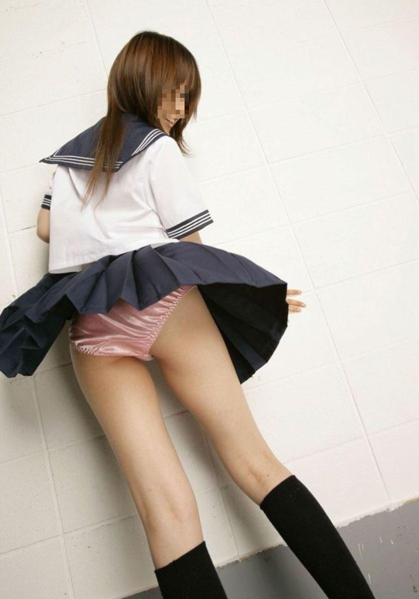 制服のスカートが風に舞う JKパンチラ画像 54