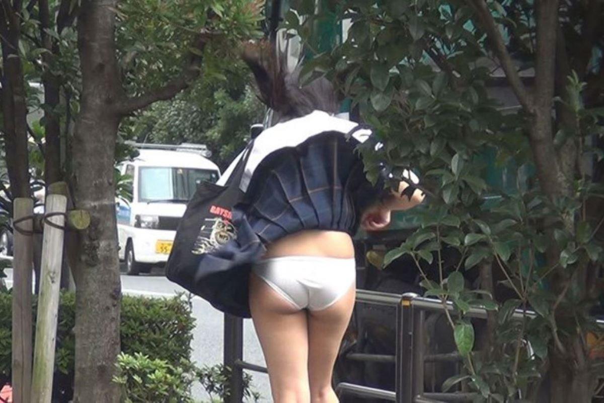 制服のスカートが風に舞う JKパンチラ画像 55