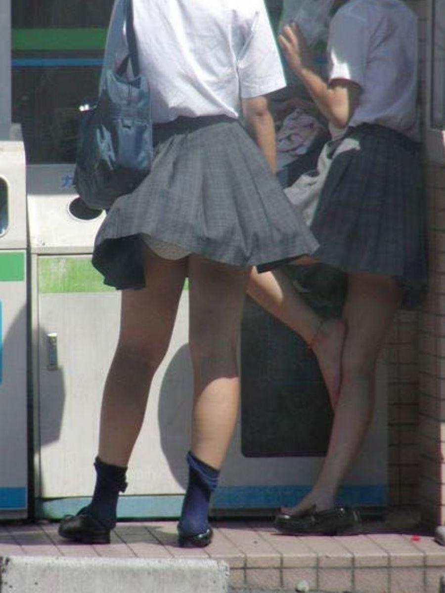 制服のスカートが風に舞う JKパンチラ画像 64