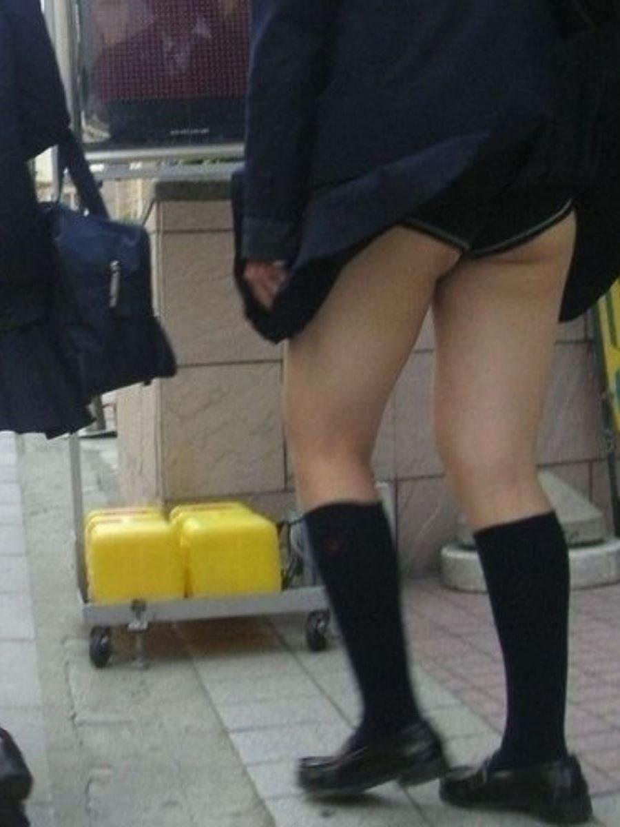 制服のスカートが風に舞う JKパンチラ画像 72