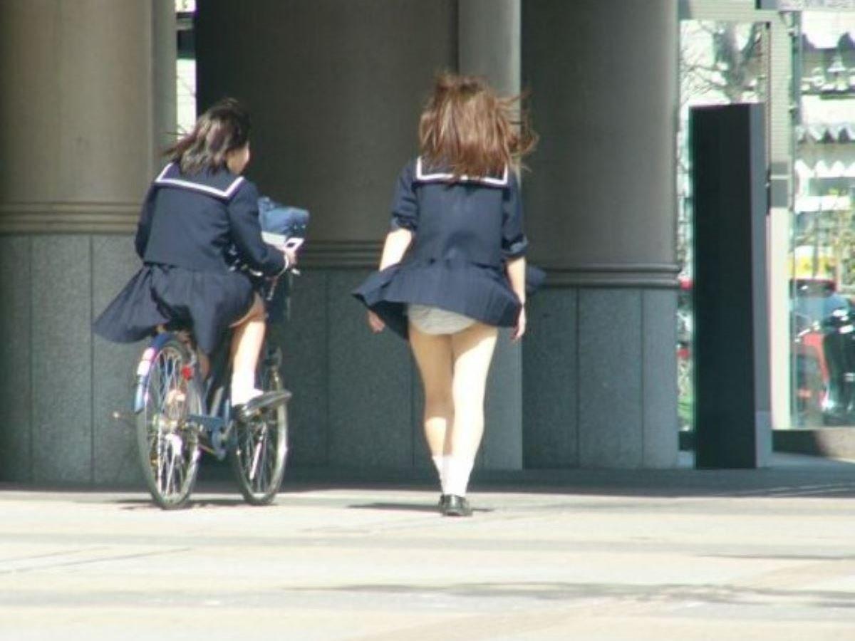 制服のスカートが風に舞う JKパンチラ画像 78