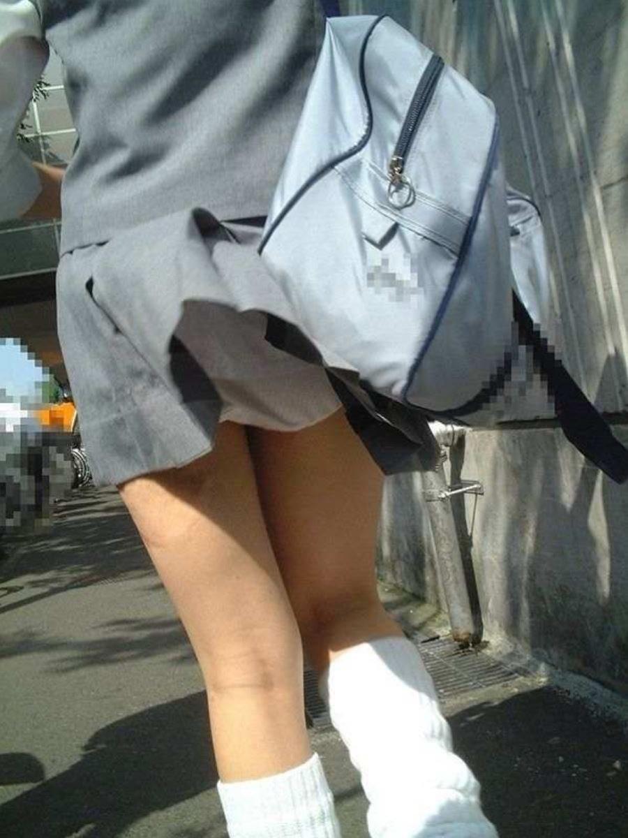制服のスカートが風に舞う JKパンチラ画像 79