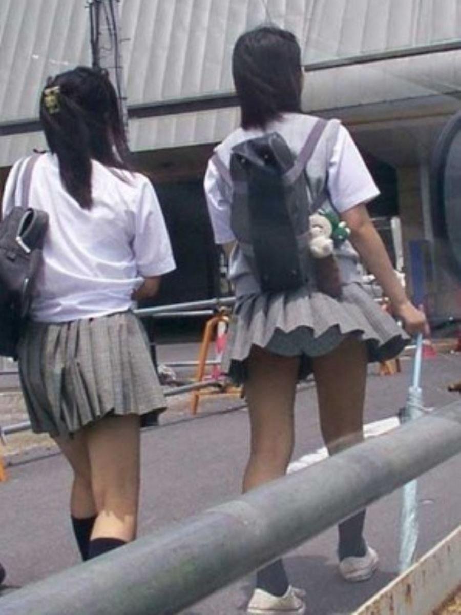 制服のスカートが風に舞う JKパンチラ画像 88