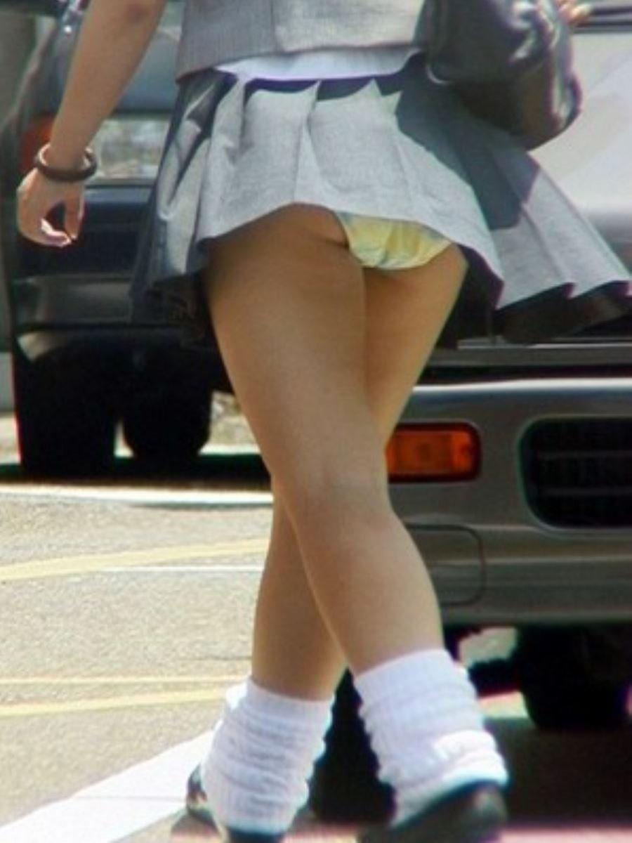 制服のスカートが風に舞う JKパンチラ画像 91