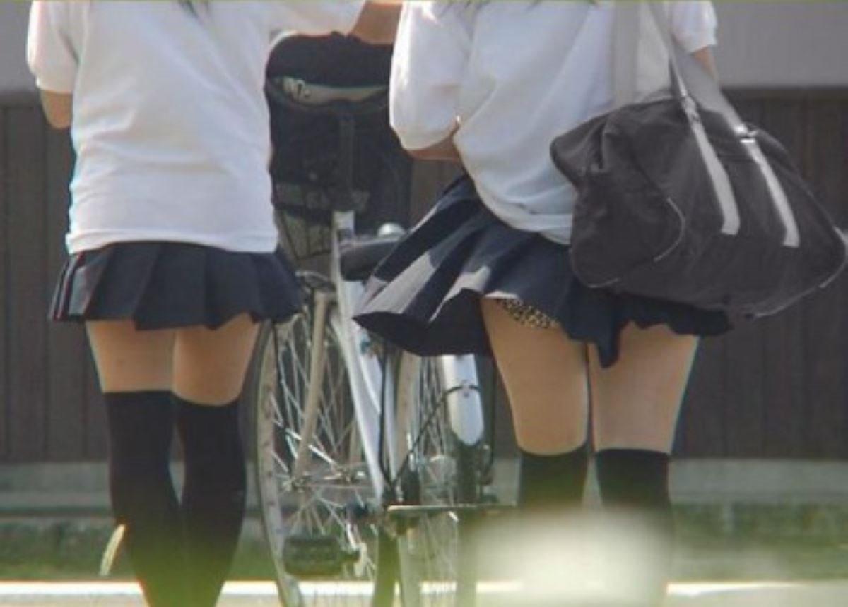 制服のスカートが風に舞う JKパンチラ画像 93