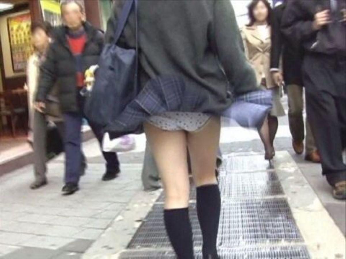 制服のスカートが風に舞う JKパンチラ画像 94