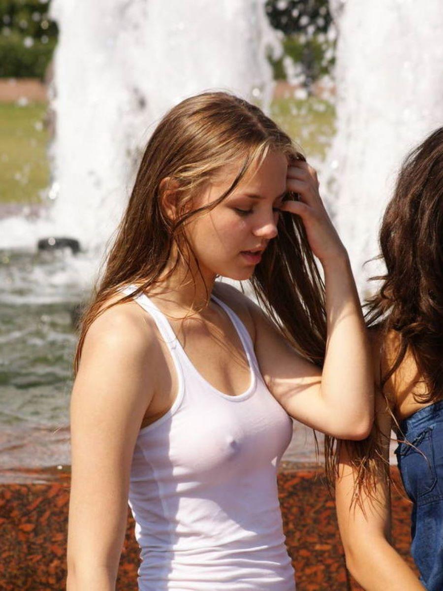 街で乳首勃起させてるノーブラ外国人の胸ポチ画像