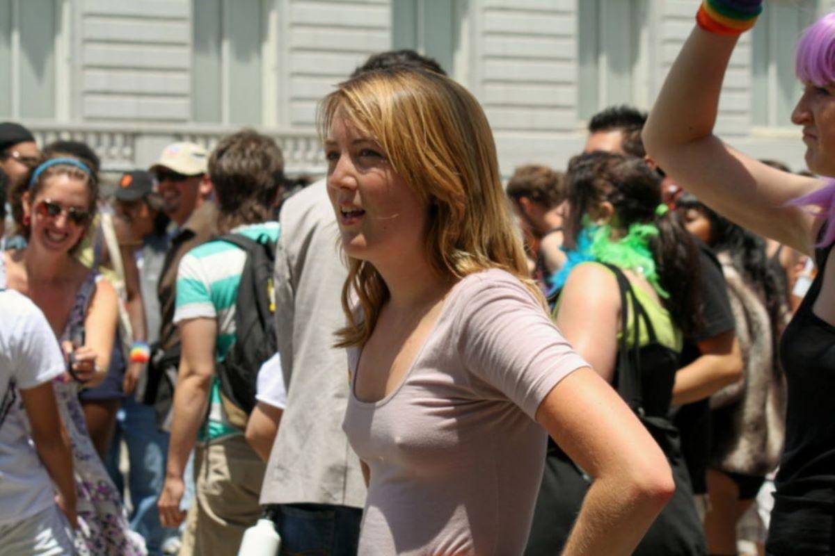 ノーブラ外国人の胸ポチ画像 21