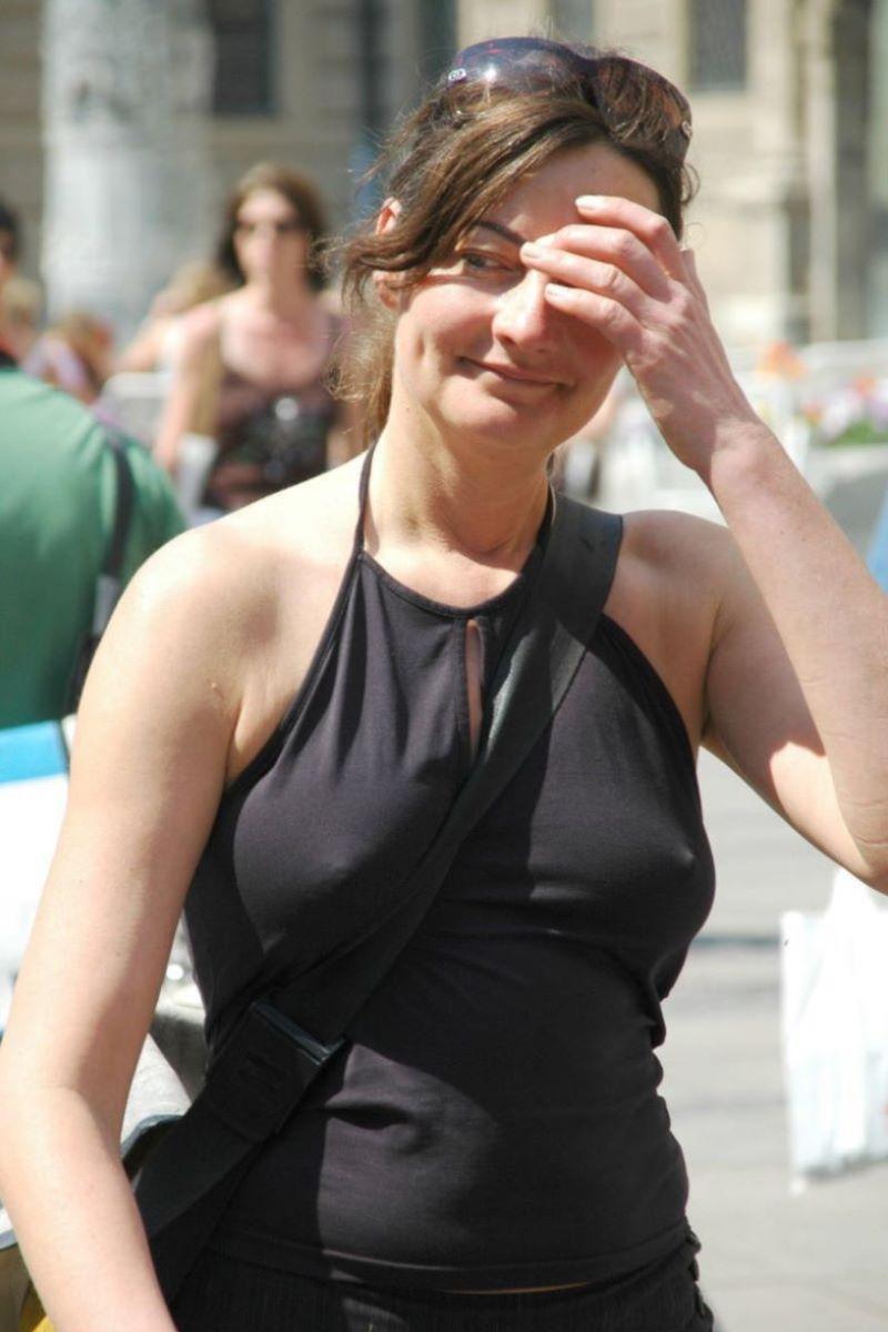 ノーブラ外国人の胸ポチ画像 42