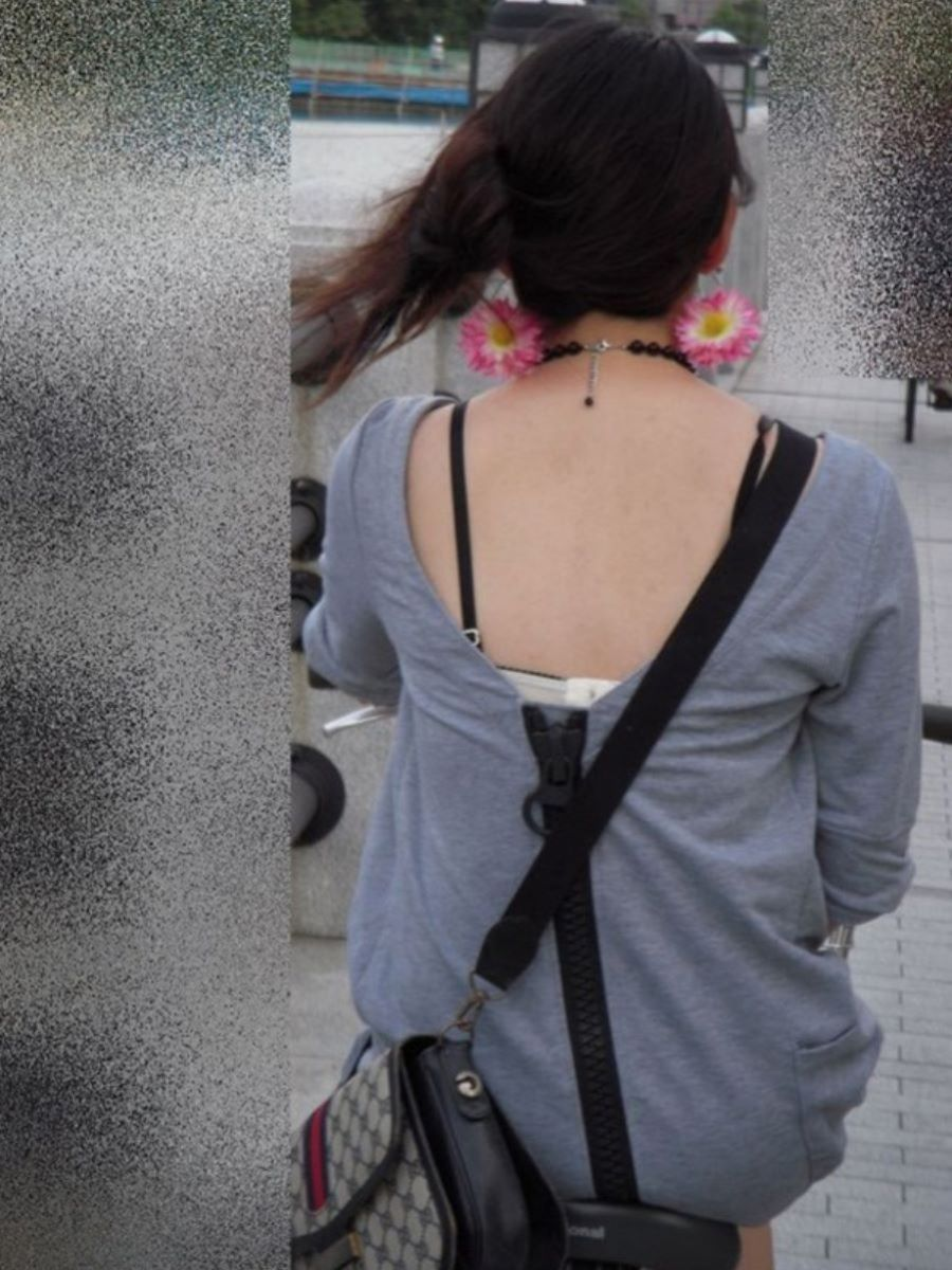 ブラ紐がチラリしてる素人街撮りブラチラ画像 33