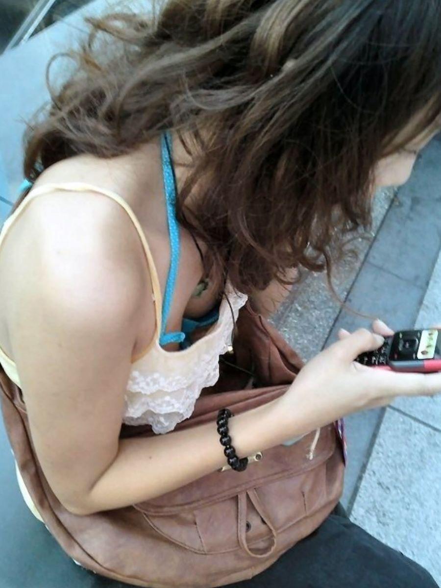 ブラ紐がチラリしてる素人街撮りブラチラ画像 80