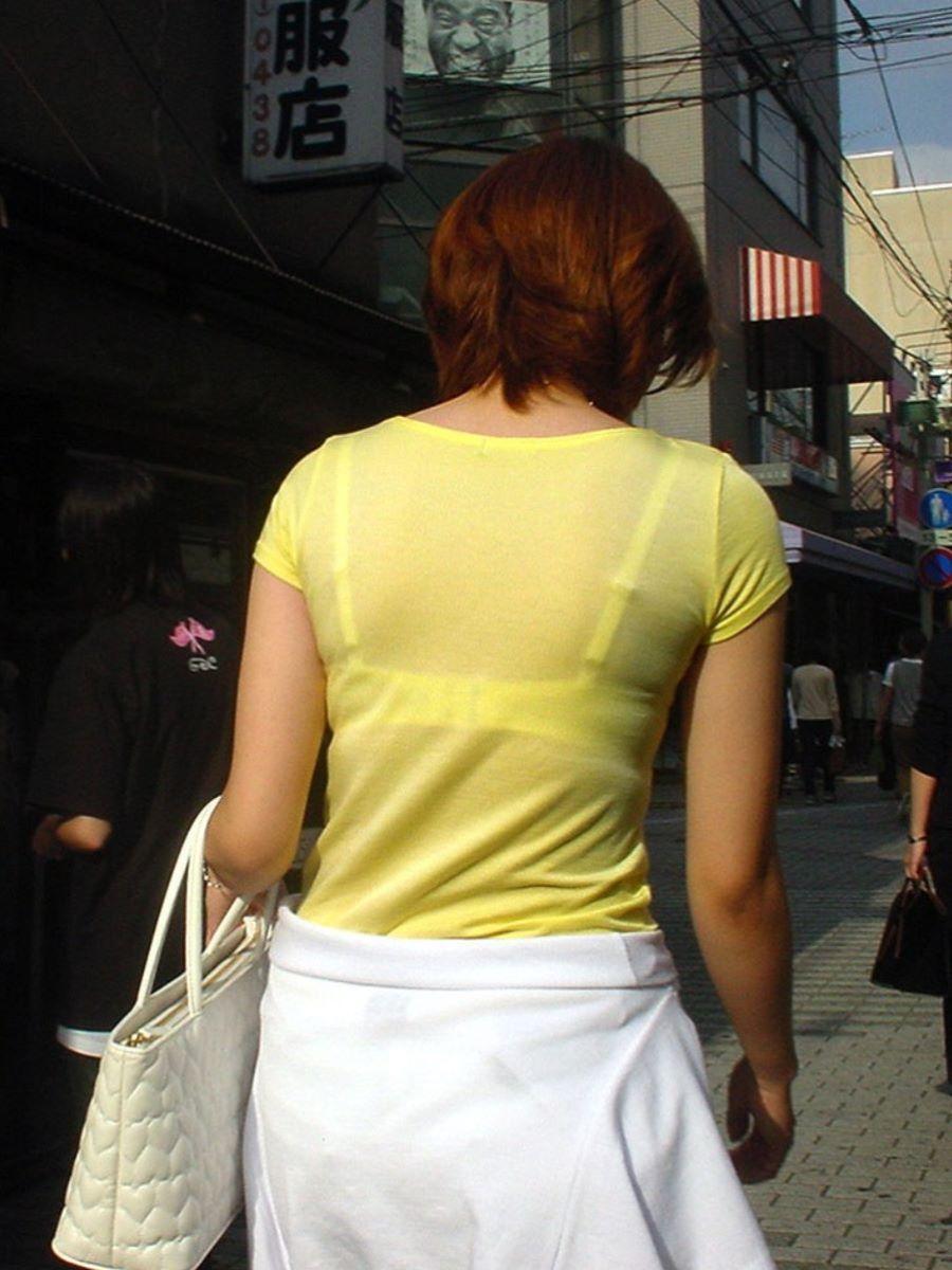 ブラ線が背中で透ける街撮り素人ブラ透け画像