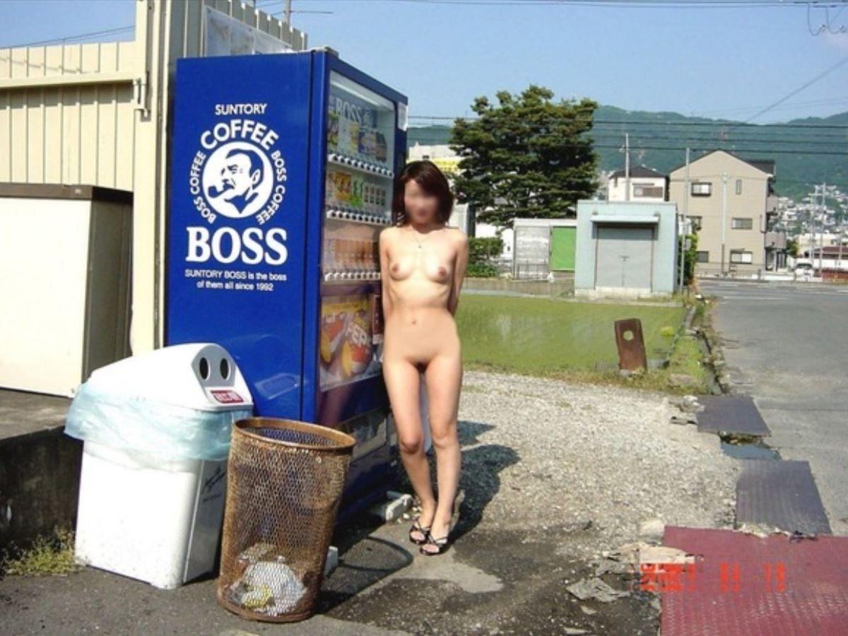 自動販売機前の野外露出画像 21