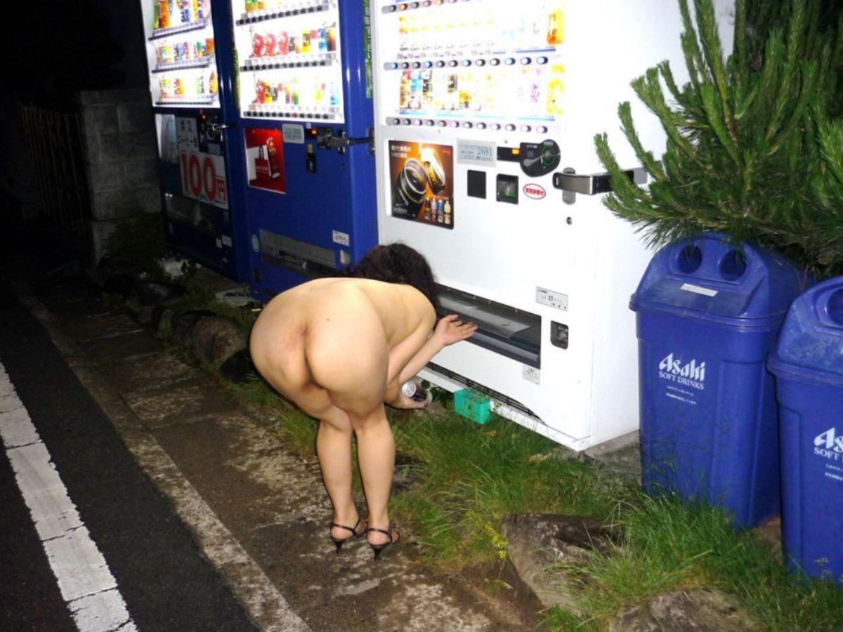 自動販売機前の野外露出画像 43