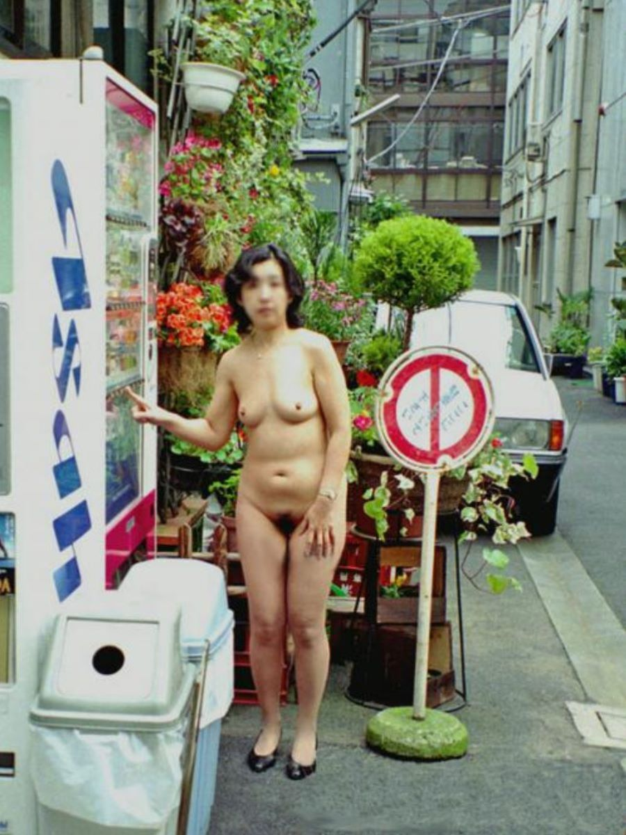 自動販売機前の野外露出画像 47