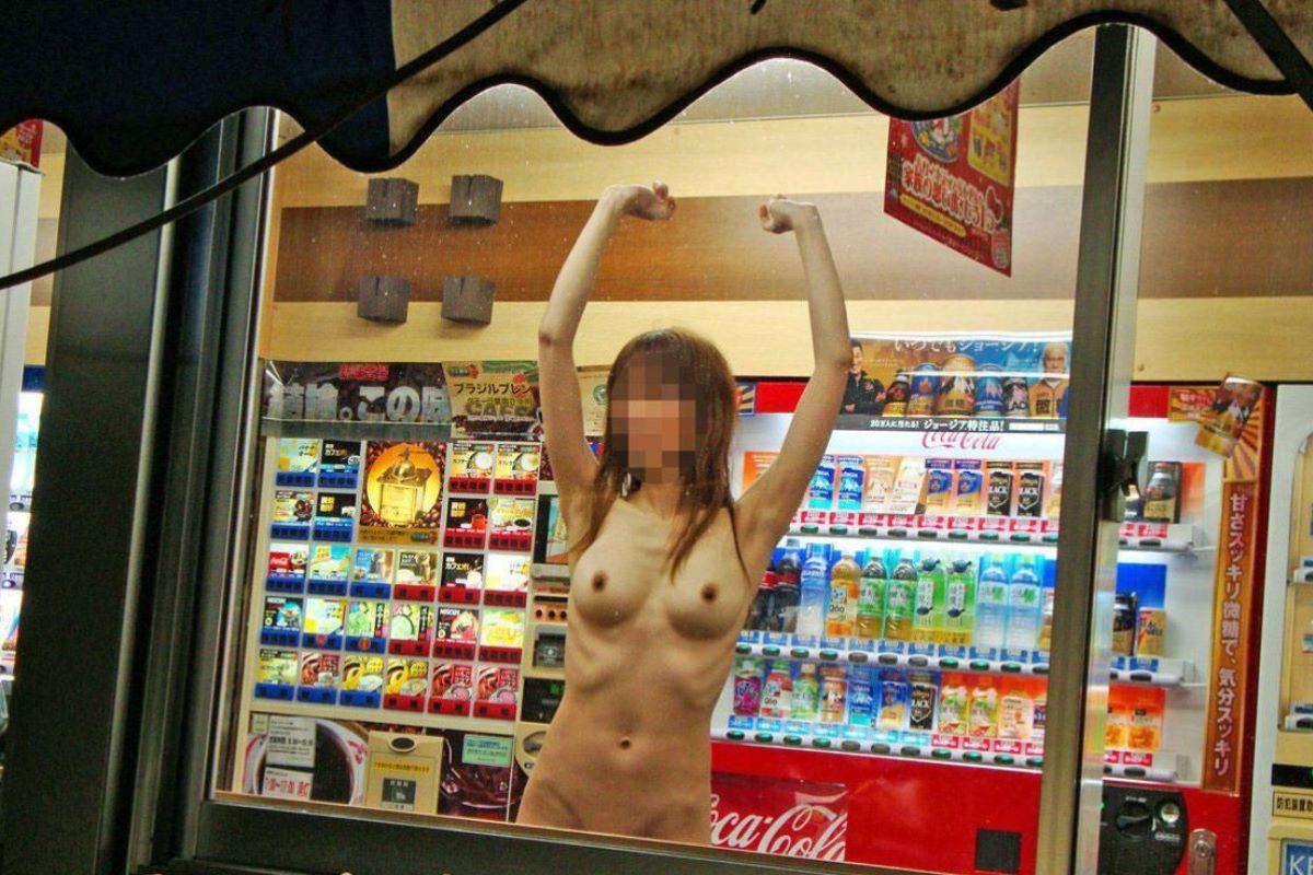 自動販売機前の野外露出画像 65