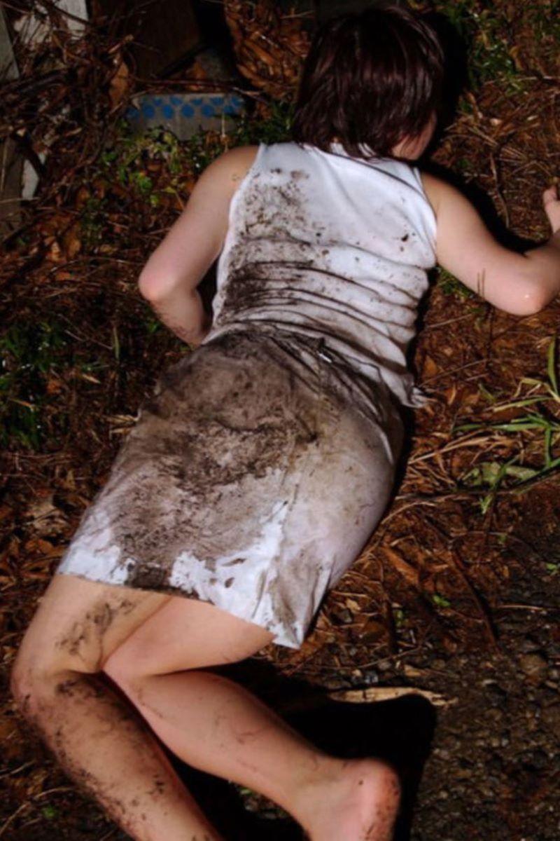 レイプ後に放置せれて放心状態な女の画像 12