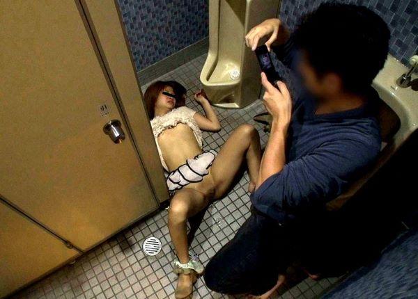 レイプで服も心も引き裂かれた強姦エロ画像