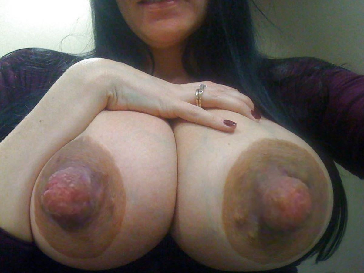 大きくて長いデカ乳首画像 36