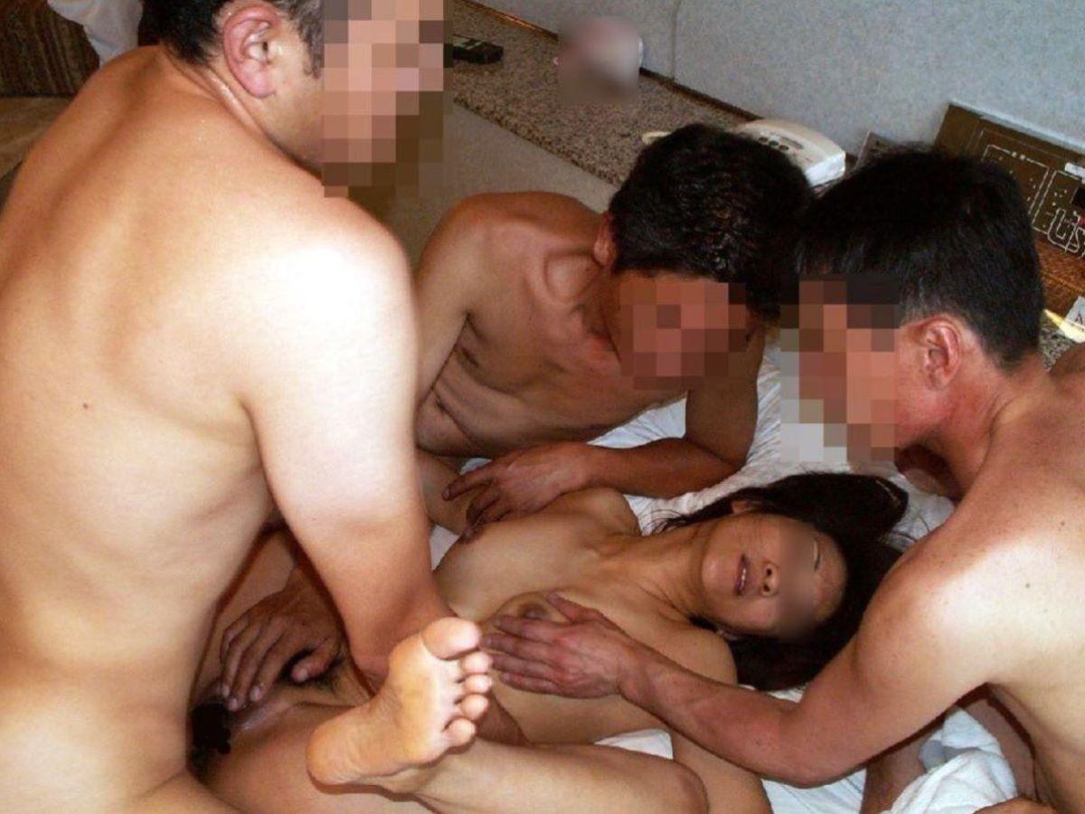 輪姦や乱交の集団セックス画像 22