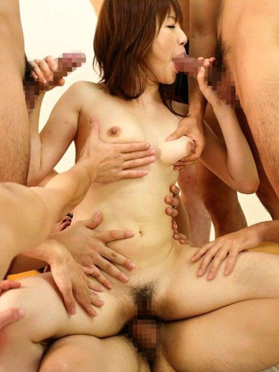 輪姦や乱交の集団セックス画像 45
