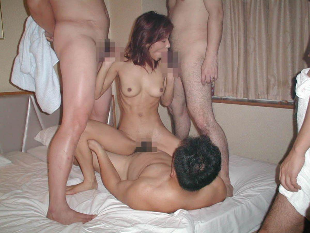 輪姦や乱交の集団セックス画像 68