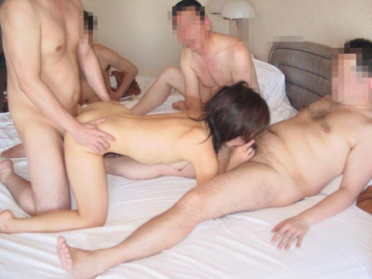 輪姦や乱交の集団セックス画像 69