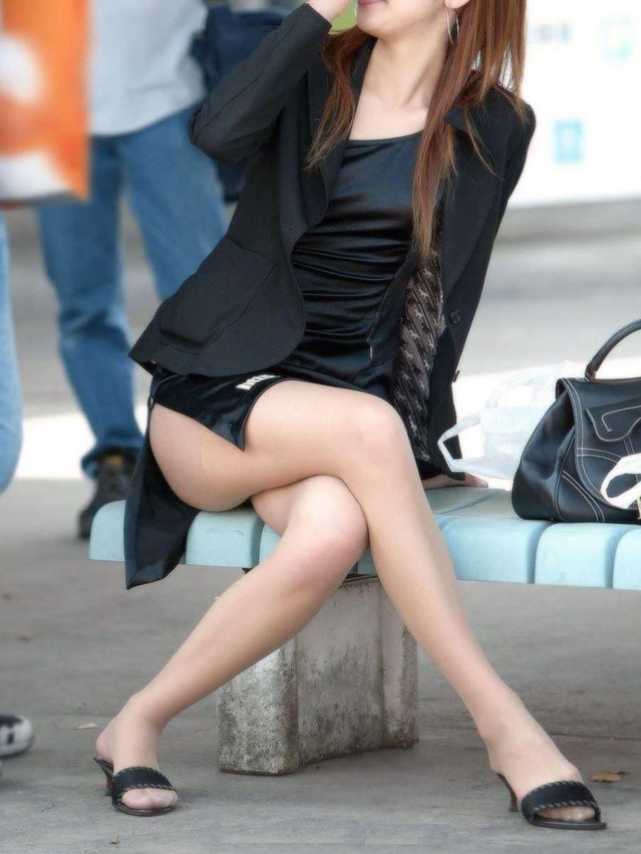 足組みしている美脚美女の街撮り太もも画像