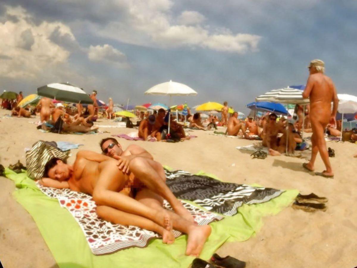 ヌーディストビーチで交尾する外国人セックス画像