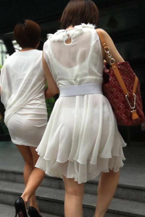 春らしい薄手のスカートで透けパンしてる素人の街撮りエロ画像