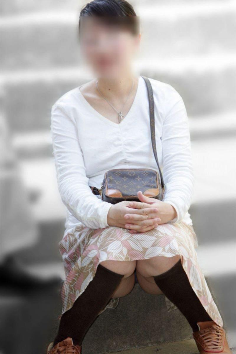 人妻 熟女 パンチラ画像 23