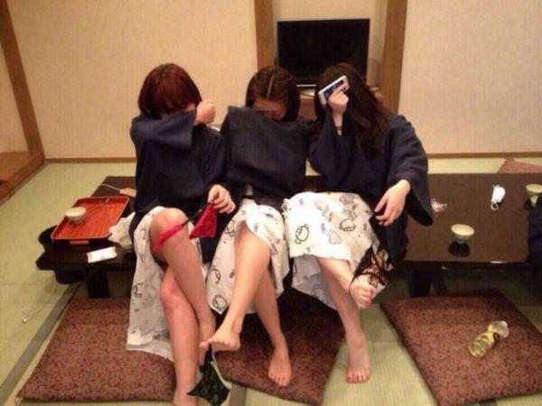 素人ギャルが温泉旅館の浴衣姿でハジけてる女子旅行のエロ画像