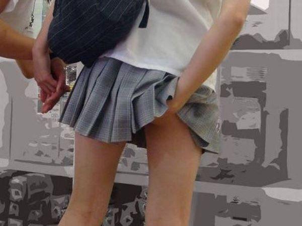 パンツの食い込み直しでパンチラに尻チラしてるJKエロ画像