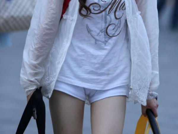 街でマンスジが撮影されたショートパンツの街撮りワレメ画像