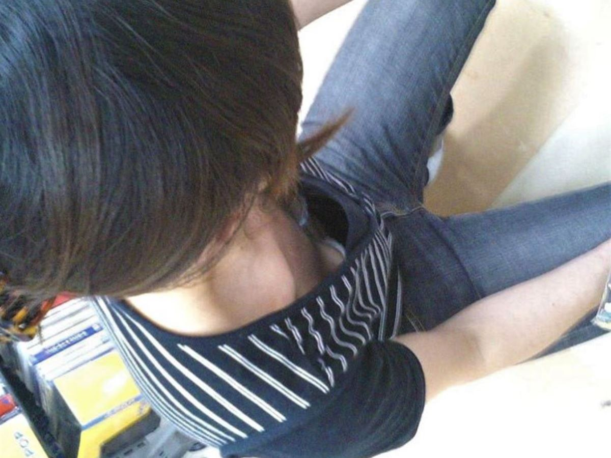 熟女 胸チラ 画像 28