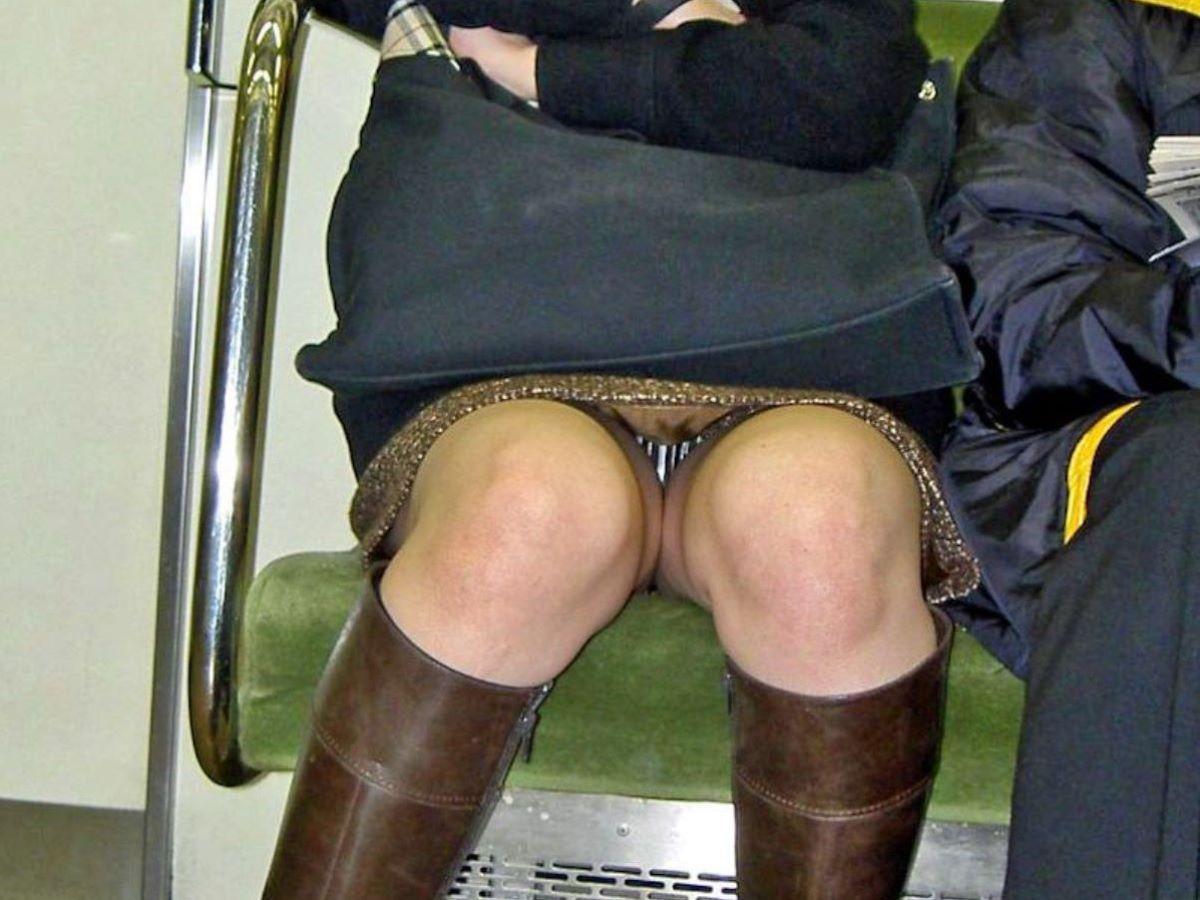 電車 対面 パンチラ画像 7