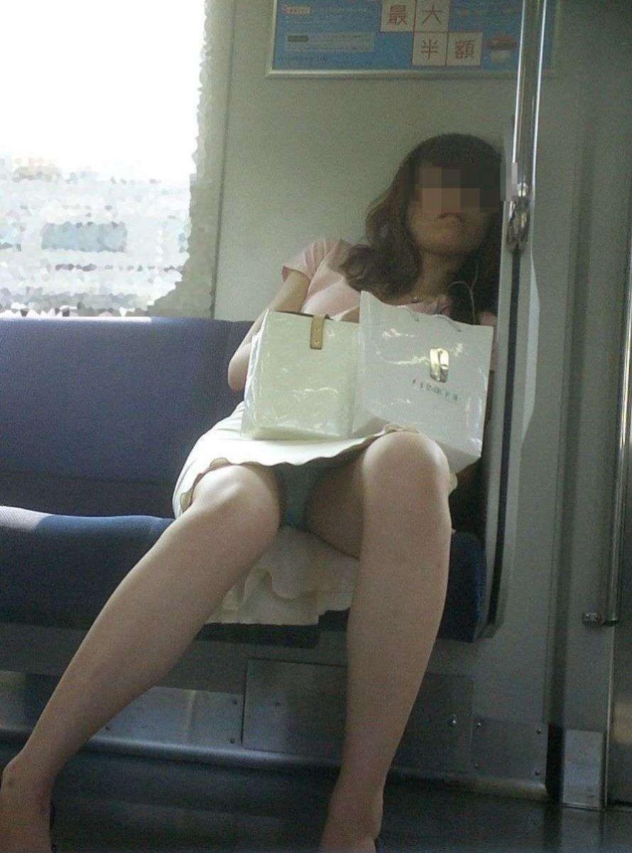 電車 対面 パンチラ画像 25