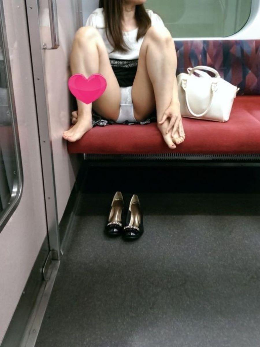 電車 対面 パンチラ画像 103