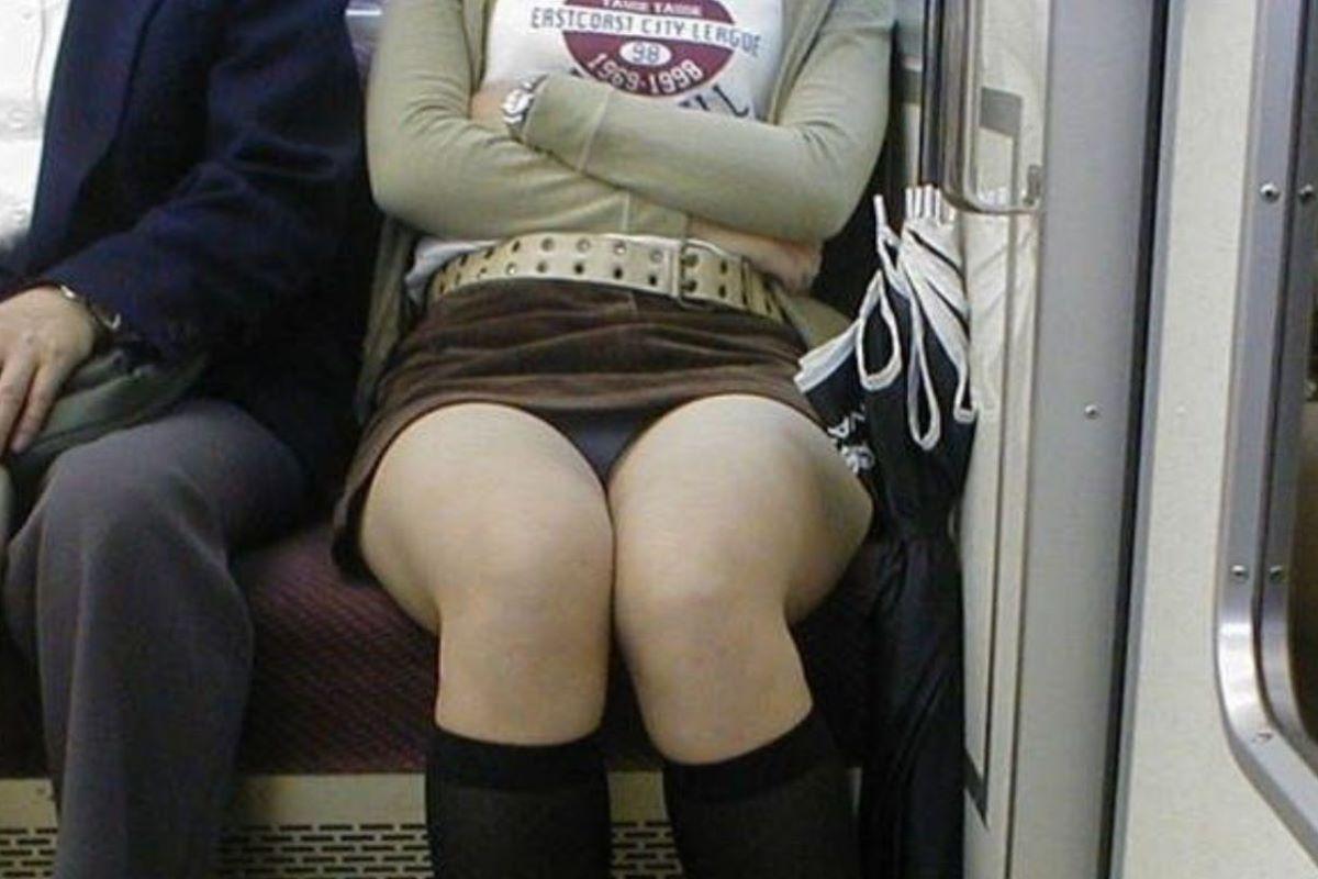 電車 対面 パンチラ画像 114