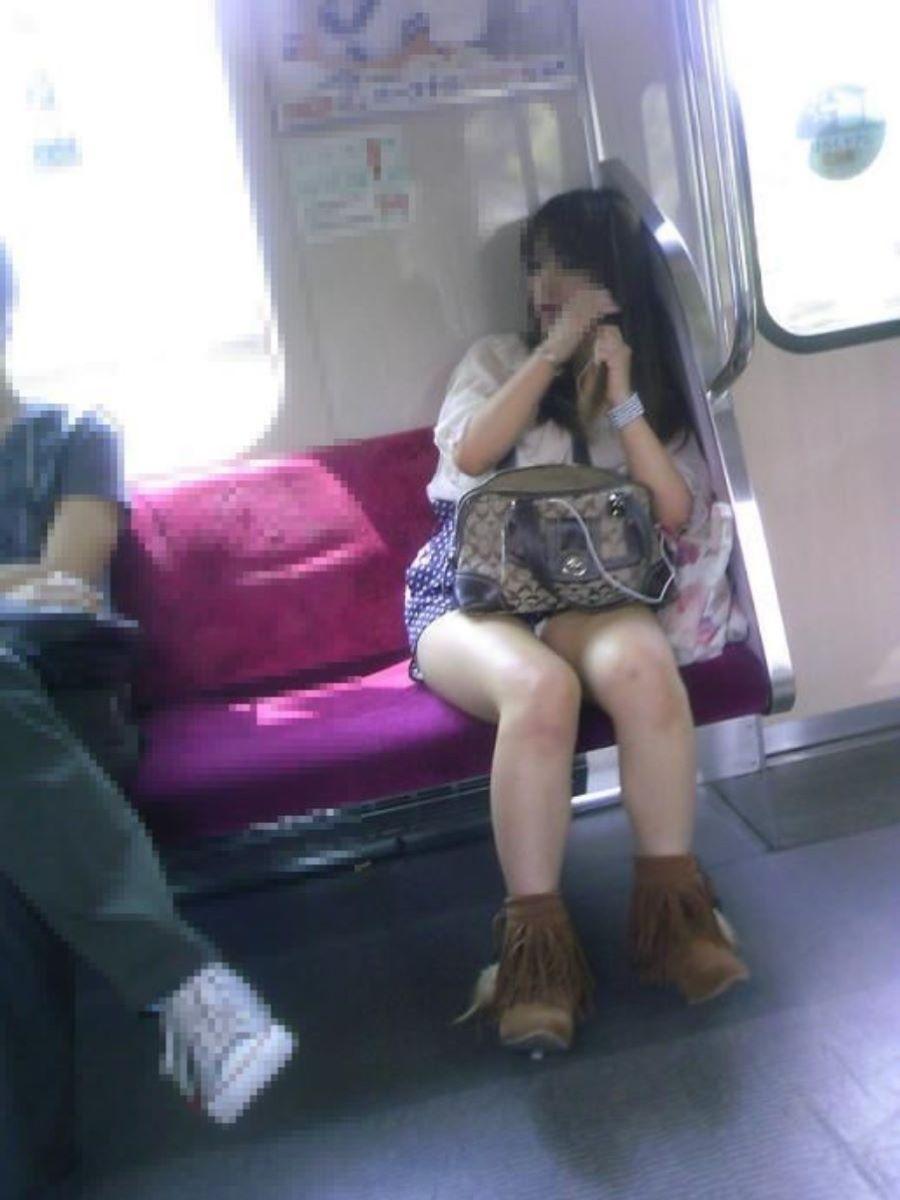 電車 対面 パンチラ画像 142