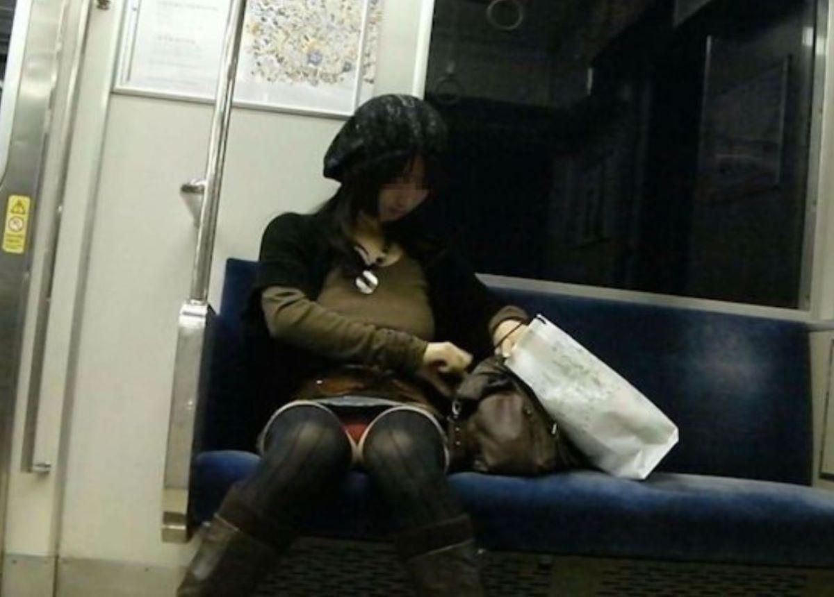電車 対面 パンチラ画像 148
