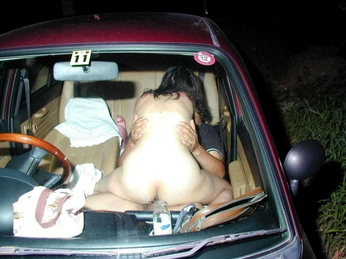 カーセックス画像!!狭い車内で性交してる180枚