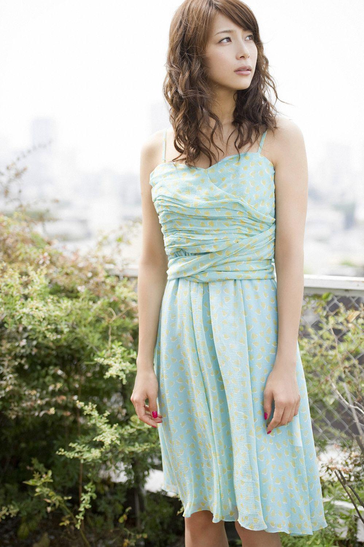 淡い色のワンピースに身を包んだ相武紗季