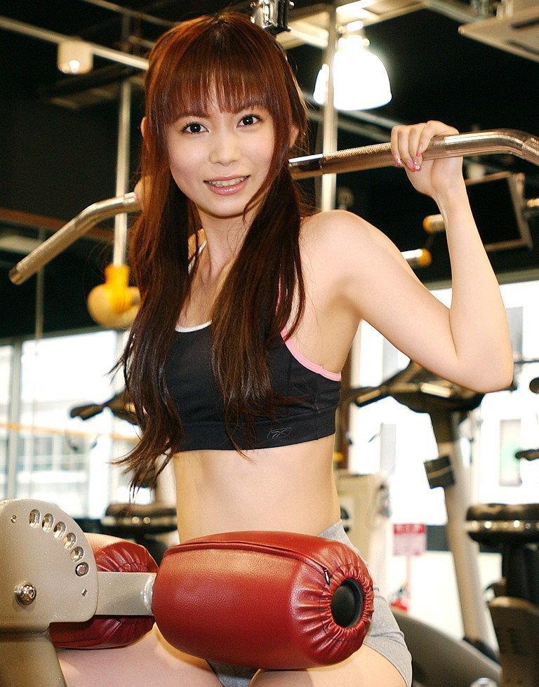 トレーニングにはげむスリムな中川翔子