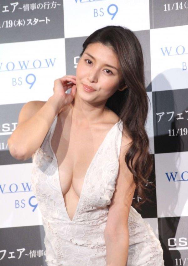 橋本マナミの胸元ぱっくり横乳ポロリドレス画像
