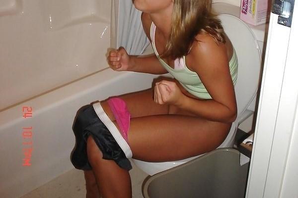 トイレしてる女のエロ画像 1