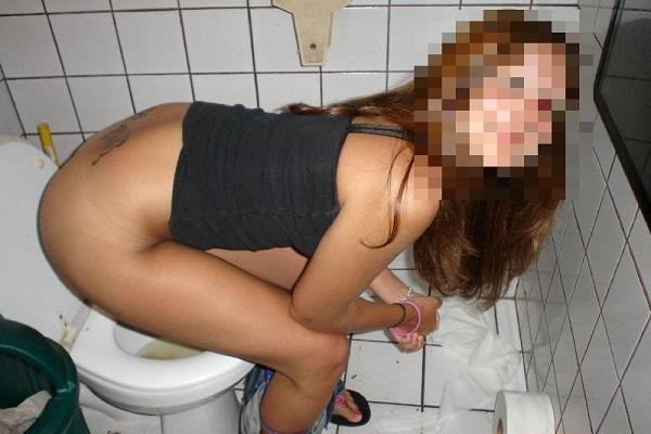 トイレしてる女のエロ画像 2