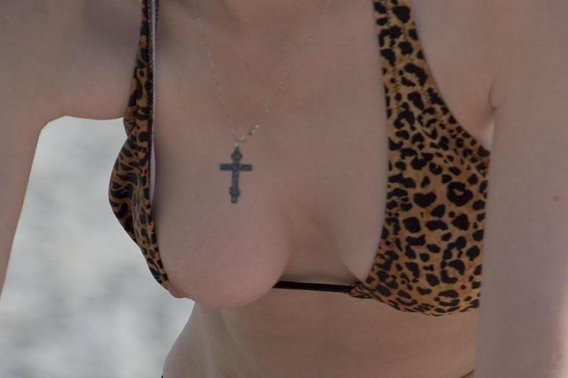 夏のハプニング!乳首やマンコが飛び出すポロリ画像